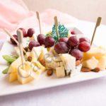 Сырная закуска с фруктами и брусничным соусом