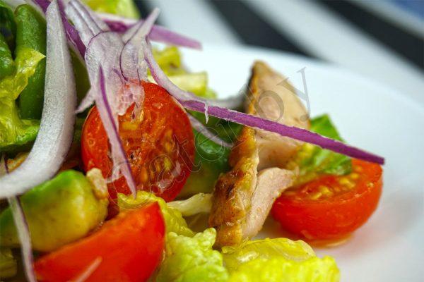 филе куриного бедра — 4 шт. салат Ромен — 1 пучок помидоры черри — 100гр. красный лук — 1шт. авокадо — 2шт